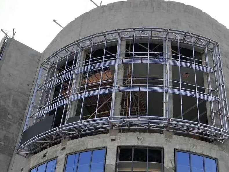 山东某大型商场户外P6全彩LED显示屏施工中