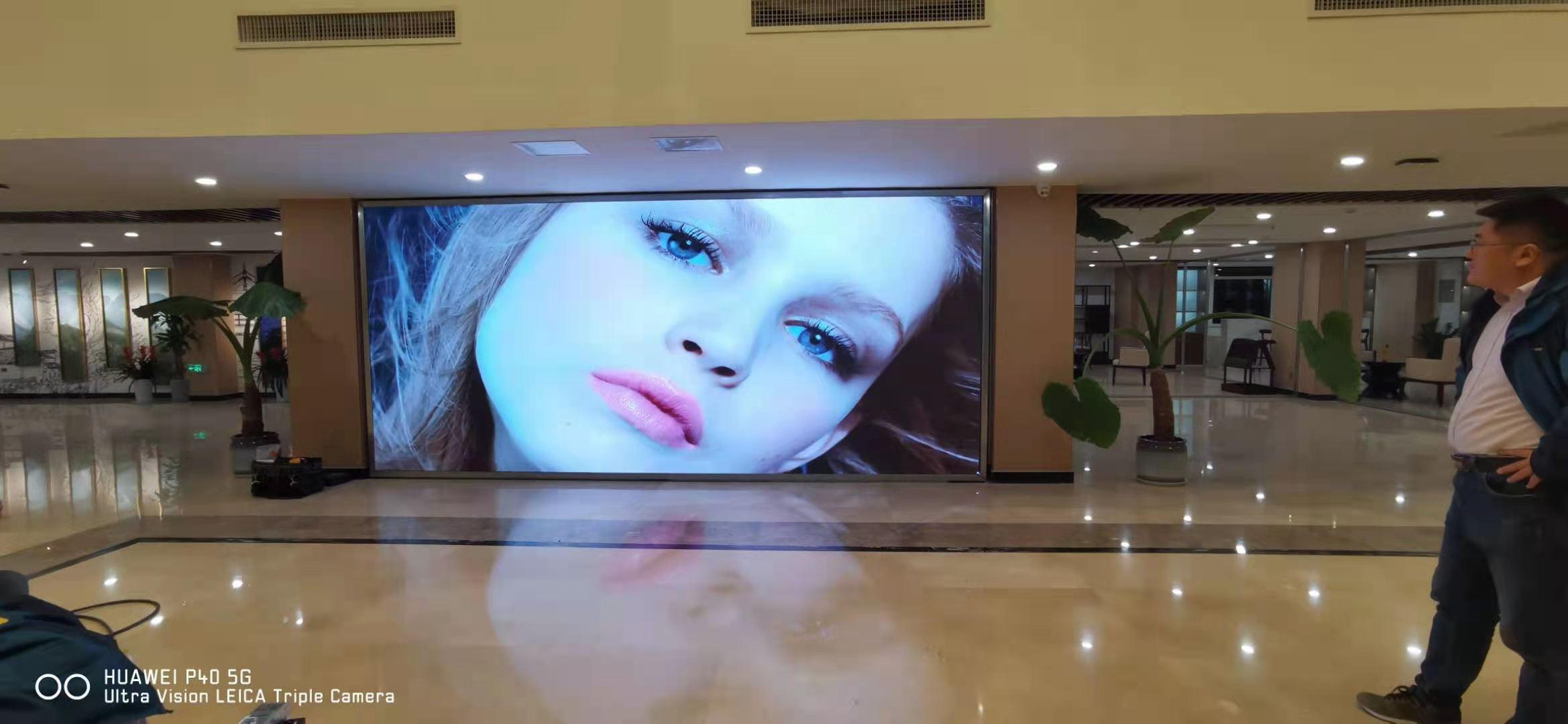 酒店室内大厅高清全彩LED显示屏案例-山东邻社光电