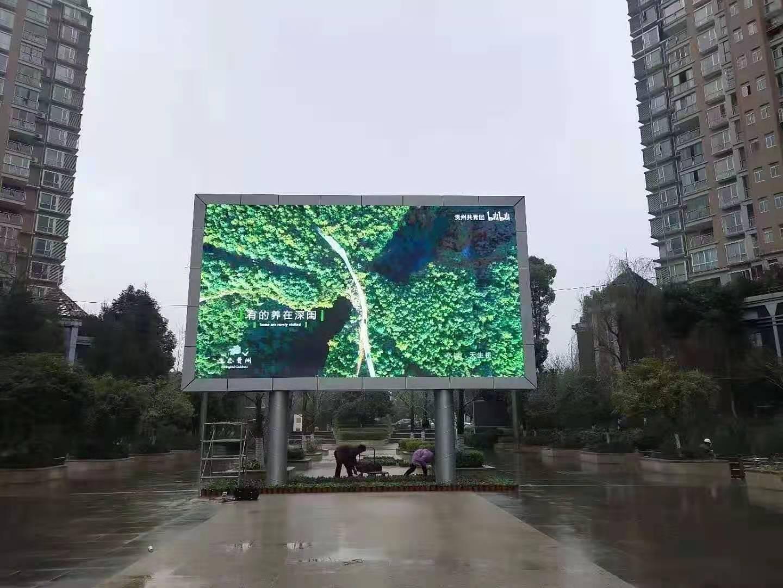 户外双立柱全彩LED电子大屏幕案例-防水防晒节能
